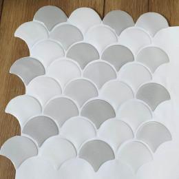 Placa de Pastilha Adesiva Resinada Escama Branco e Cinza Rejunte Branco - 28,5cm x 28,5cm