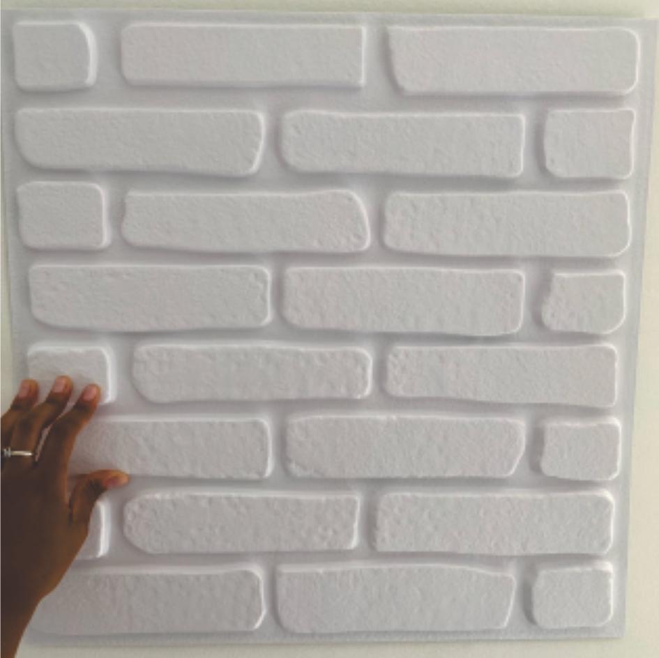 Imagem mostra a placa posicionada na parede
