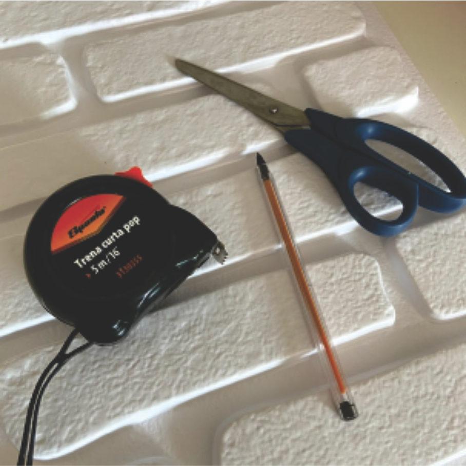 Placa 3d e os materiais para fazer um bom recorte recorte, caneta, tesoura e trena